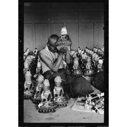 8、为佛像装藏的老僧人 四川2006