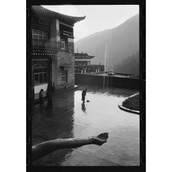 楊延康 (Yang Yankang)作品 - 02接雨的僧人 四川2007