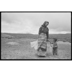 楊延康作品 - 草原上打水的妇女与孩子 西藏2012 Edition 2/20 (Yang Yankang)