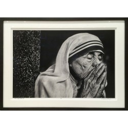 Raghu Rai - Mother Teresa in her prayer, Kolkata